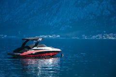 Barco de la velocidad, bahía de Kotor, Montenegro Imagen de archivo libre de regalías