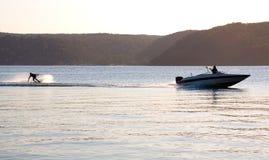 Barco de la velocidad del waterski de la puesta del sol Fotos de archivo libres de regalías