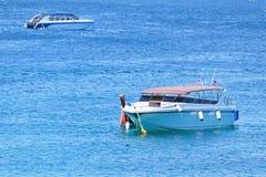 Barco de la velocidad en el mar Fotos de archivo