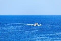 Barco de la velocidad en el mar Imagenes de archivo