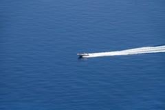Barco de la velocidad en el mar Imágenes de archivo libres de regalías