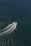 Barco de la velocidad en el océano Fotos de archivo libres de regalías