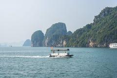 Barco de la velocidad en la bahía de Halong Fotografía de archivo