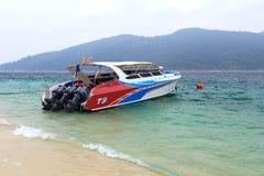 Barco de la velocidad en la playa Fotos de archivo libres de regalías