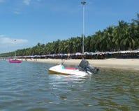 Barco de la velocidad en una playa Imagen de archivo