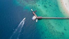 Barco de la velocidad que dirige al embarcadero de la isla de Manukan imágenes de archivo libres de regalías
