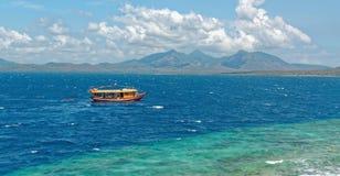 Barco de la zambullida en la isla de Menjangan Fotos de archivo libres de regalías