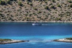 Barco de las excursiones y laguna azul Imagen de archivo
