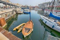 Barco de Leudo en el puerto de Genoa Genova un velero latino usado para el cabotaje hasta las décadas pasadas del siglo XX, throu foto de archivo