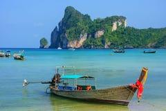 Barco de Longtail anclado en la playa del Ao Loh Dalum en Phi Phi Don Isla Imagenes de archivo