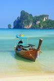 Barco de Longtail anclado en la playa del Ao Loh Dalum en Phi Phi Don Isla Foto de archivo