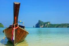 Barco de Longtail anclado en la playa del Ao Loh Dalum en Phi Phi Don Isla Fotos de archivo