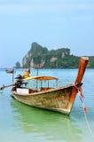 Barco de Longtail anclado en la playa del Ao Loh Dalum en Phi Phi Don Isla Fotografía de archivo