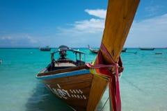 Barco de Longtail em Koh Lipe Sunrise Beach em Tailândia imagens de stock royalty free