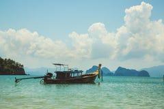 Barco de Longtail em Tailândia foto de stock