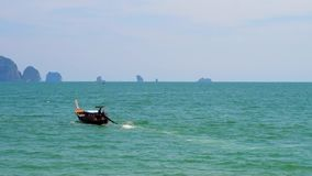Barco de Longtail en el mar de Andaman, playa del Ao Nang, Krabi, Tailandia almacen de metraje de vídeo