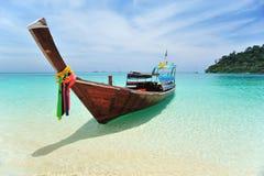 Barco de Longtail en la playa Fotos de archivo