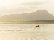 Barco de Longtail en Samchong-tai, Phang, Tailandia Imagenes de archivo