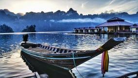 Barco de Longtail no lago do lan do cheow Imagens de Stock Royalty Free