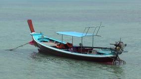 Barco de Longtail no mar na praia tropical vídeos de arquivo