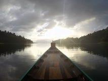 Barco de Longtail y casa de la balsa en el lago Fotografía de archivo libre de regalías