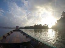 Barco de Longtail y casa de la balsa en el lago Fotos de archivo libres de regalías