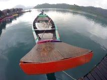 Barco de Longtail y casa de la balsa en el lago Foto de archivo