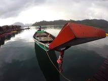 Barco de Longtail y casa de la balsa en el lago Foto de archivo libre de regalías