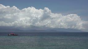Barco de los buceadores y nubes hermosas