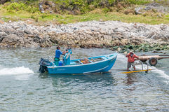 Barco de los cangrejos que es tirado sobre el remolque en el puerto de Kleinmond Imagen de archivo libre de regalías