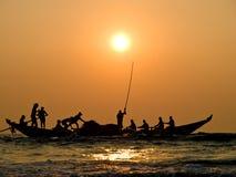 Barco de los pescadores en puesta del sol fotografía de archivo libre de regalías