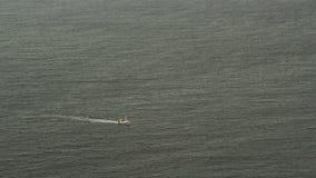 Barco de los pescados en el Océano ártico almacen de metraje de vídeo