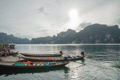 Barco de los viajeros en el mar en el meridional de Tailandia foto de archivo libre de regalías