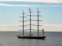 Barco de lujo en el mar en un día soleado imágenes de archivo libres de regalías