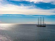 Barco de lujo en el mar en un día soleado imagenes de archivo
