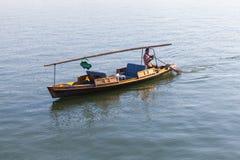 Barco de madeira chinês da recreação com barqueiro Imagens de Stock Royalty Free