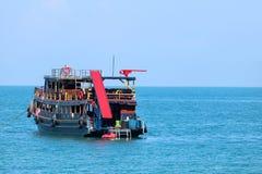 Barco de madeira da excursão com uma corrediça de água e uma placa da mola a saltar e jogo foto de stock