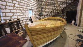 Barco de madeira dentro da oficina video estoque