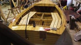 Barco de madeira dentro da oficina vídeos de arquivo