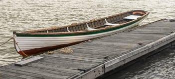 Barco de madeira em um cais imagem de stock