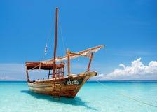 Barco de madeira escorado do dhow Fotografia de Stock