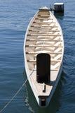 Barco de madeira minúsculo no mar azul brilhante Fotos de Stock