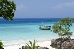 Barco de madeira na água de turquesa em Zanzibar imagens de stock royalty free
