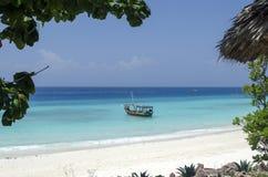 Barco de madeira na água de turquesa em Zanzibar Foto de Stock Royalty Free