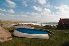 Barco de madeira na costa Imagens de Stock Royalty Free