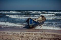 Barco de madeira na costa calma Barco de enfileiramento no beira-mar imagens de stock