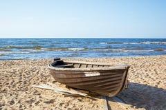 Barco de madeira na costa do mar Báltico frio imagem de stock royalty free