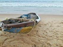 Barco de madeira na praia do mar fotos de stock royalty free