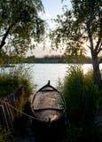 Barco de madeira no lago Fotos de Stock Royalty Free