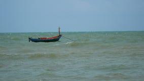 Barco de madeira no mar vídeos de arquivo